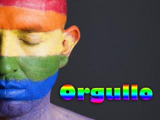 Hombre bandera gay y ojos cerrados. Concepto de orgullo.