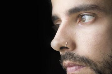 Primer plano de un joven con barba