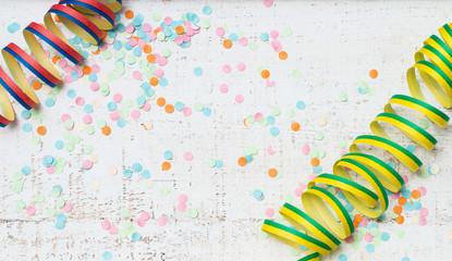 Luftschlangen und Konfetti