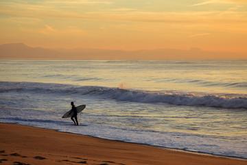 Le surfeur à Anglet près de Biarritz