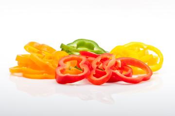 frische Paprika in Scheiben isoliert auf weiß
