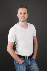 Gut aussehender junger Mann in Jeans