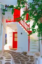 Czerwone drewniane ramki na walkpath Wyspa Mykonos Grecja Cyklady
