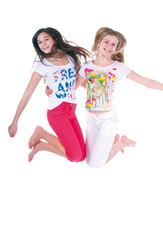 Zwei springende, hübsche Mädchen