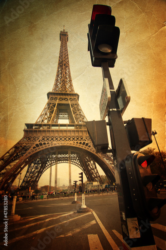 nostalgiczny obraz z wieży Eiffla z sygnalizacją świetlną