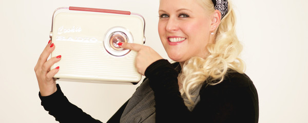 Blonde Frau mit Radio