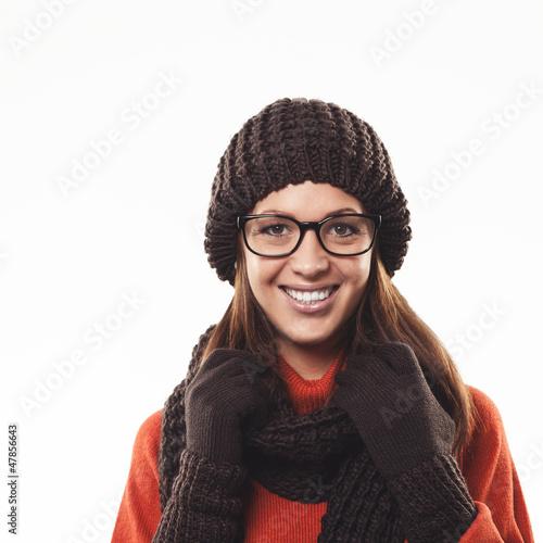 Frau mit braunem Schaal und Wintermütze