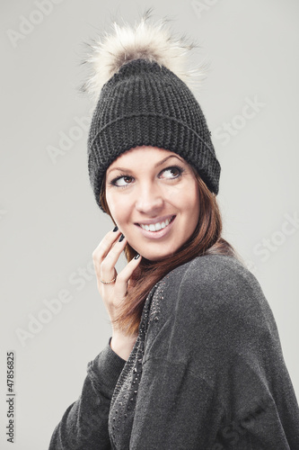 Frau mit Mütze schaut zur Seite