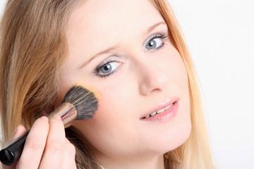 Junge Frau beim Make up