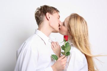 Küssendes Paar mit Rose
