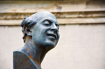 statue of a man laughing