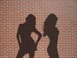 ombres 2 danseuses sur mur de briques