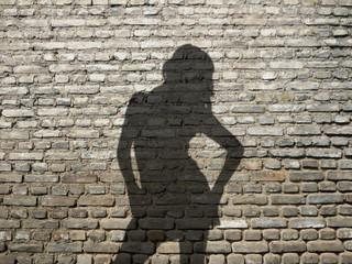 ombre de femme sexy sur mur de briques