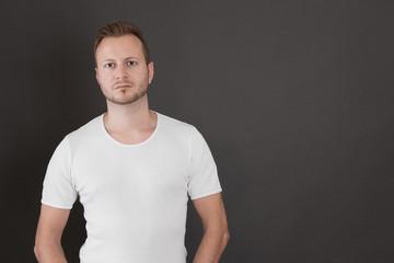 Attraktiver Mann im Shirt als Hintergrund
