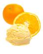Orangeneis vor Orangen auf weißem Hintergrund