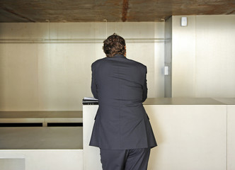 Hombre de negocios ante un mostrador vacío