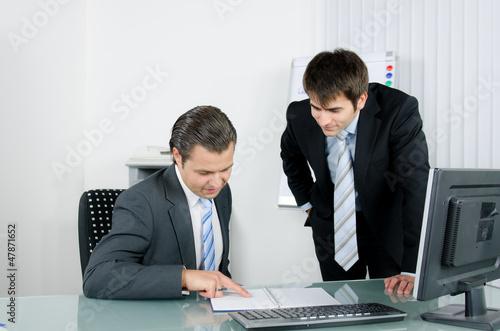Arbeitskollege zeigt einen möglichen Termin