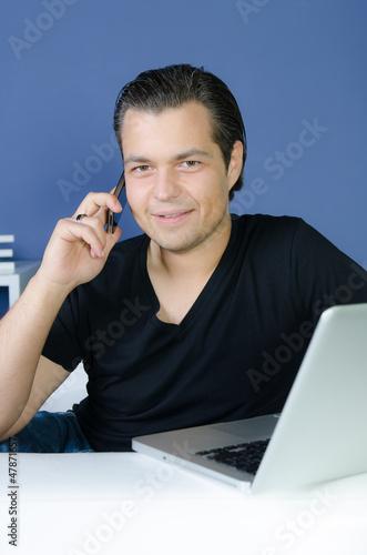 junger mann telefoniert mit dem smartphone