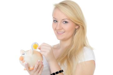 studentin wirft geld ins sparschwein