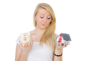 studentin überlegt in ein eigenheim zu investieren