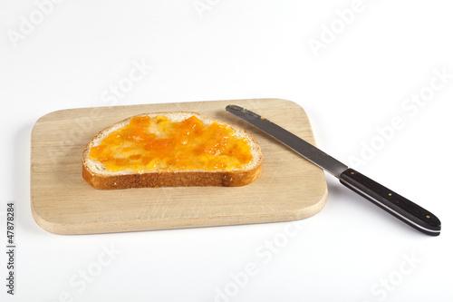 Scheibe Brot mit Aprikosenmarmelade