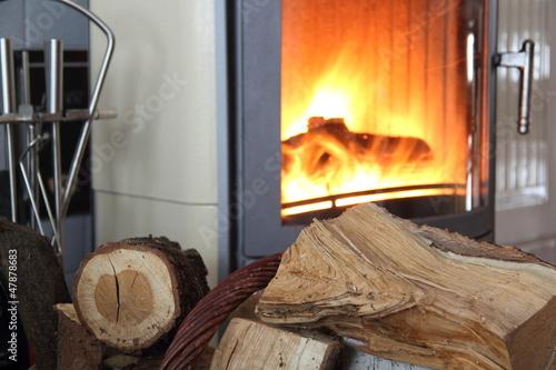 Leinwandbild Motiv Brennholz vor einem Kamin