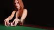 Frau mischt Pokerkarten