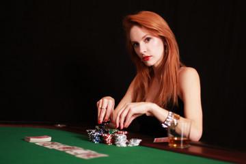 junge Frau am Pokertisch