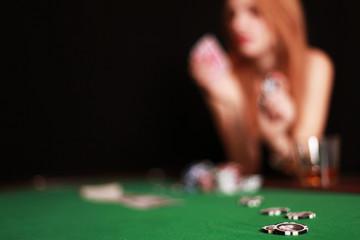 Frau spielt Poker