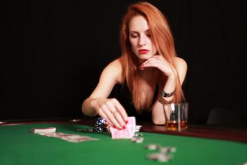 Attraktive Frau spielt Poker