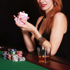 junge Frau spielt Poker