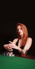 rothaarige Frau am Pokertisch
