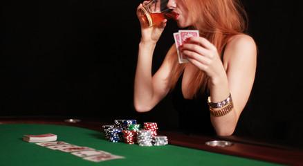Frau am Pokertisch