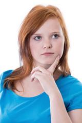 Fragender Blick eines rothaarigen Mädchens