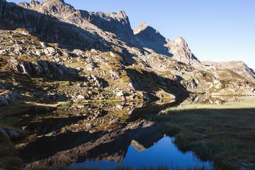 Lac de montagne et reflet