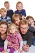 Lachende Familie mit vielen Kindern