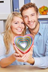Lachendes Paar hält viele Herzen