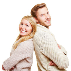 Lachendes Paar lehnt Rücken an Rücken