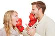Paar kämpft mit Boxhandschuhen