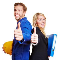 Bauarbeiter und Geschäftsfrau halten Daumen hoch