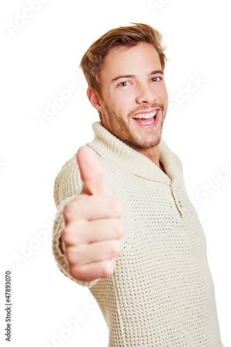 Lachender Mann hält Daumen hoch