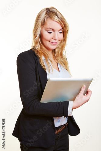 Geschäftsfrau schaut auf Tablet PC