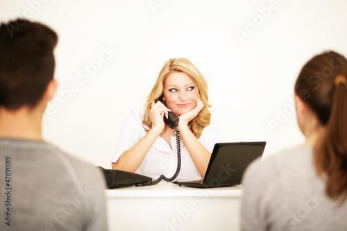 Frau im Kundengespräch