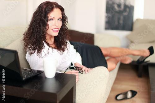 GamesAgeddon - junge Frau mit Schnäuzer und Hut - Lizenzfreie Fotos ...
