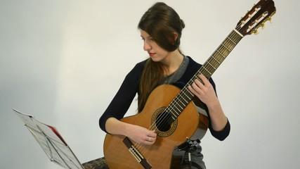 guitarra tocada por mujer