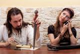 Mann ist genervt von telefonierender Frau