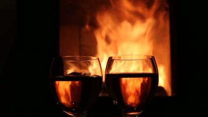 Weingläser vor Kaminfeuer