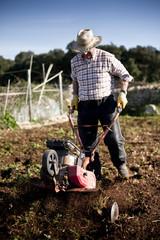 agricultor arando
