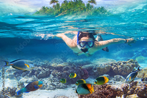 Tuinposter Duiken Young women at snorkeling in the tropical water