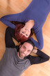 Mann und Frau liegen auf der Erde